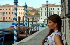 Junges Mädchen mit blauem Rock- und Blumenhemd in Venedig Lizenzfreies Stockbild