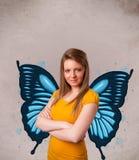 Junges Mädchen mit blauer Illustration des Schmetterlinges auf der Rückseite Stockfotografie