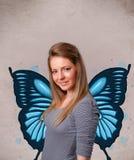 Junges Mädchen mit blauer Illustration des Schmetterlinges auf der Rückseite Lizenzfreie Stockbilder