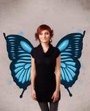 Junges Mädchen mit blauer Illustration des Schmetterlinges auf der Rückseite Lizenzfreie Stockfotos