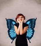 Junges Mädchen mit blauer Illustration des Schmetterlinges auf der Rückseite Stockbild