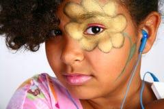 Junges Mädchen mit Blume auf Gesicht mit Digital-Musik Stockfotografie