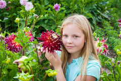 Junges Mädchen mit Blumen Lizenzfreies Stockfoto