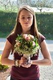 Junges Mädchen mit Blumenblumenstrauß lizenzfreie stockfotos