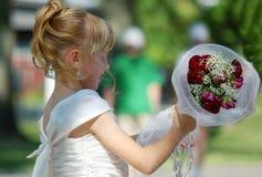 Junges Mädchen mit Blumenstrauß Stockfotos