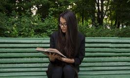 Junges Mädchen mit Buch Stockfotografie