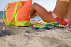Junges Mädchen mit buntem Zubehör auf Strandurlaubsort Stockfotografie