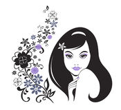 Junges Mädchen mit dekorativem Muster der Blume Stockfoto