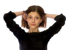 Junges Mädchen mit dem dunklen Haar im Schwarzen Lizenzfreie Stockfotos