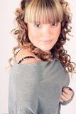 Junges Mädchen mit dem langen gelockten Haar der Schönheit Lizenzfreies Stockfoto