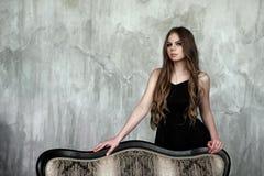 Junges Mädchen mit dem langen schönen Haar und rauchigen den Augen, die schwarzes Maxi Abendkleid tragen Schönes Tanzen der junge Lizenzfreie Stockbilder