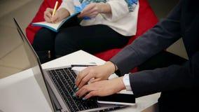 Junges Mädchen mit dem Laptop, arbeitend im Innenministerium - Geschäft, Bildung stock video