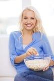 Junges Mädchen mit dem Popcorn bereit, Film aufzupassen Lizenzfreie Stockfotos
