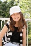 Junges Mädchen mit dem Schutzkappenlächeln Stockbild