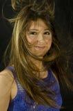 Junges Mädchen mit dem wellenartig bewegenden Haar auf Schwarzem Lizenzfreie Stockfotos