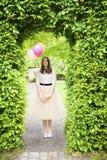 Junges Mädchen mit drei Ballonen oben schauen träumend Stockbilder