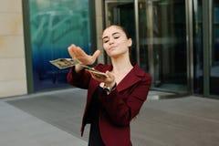 junges Mädchen mit einem Bündel Dollar in den Händen Lizenzfreies Stockfoto