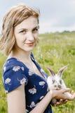 Junges Mädchen mit einem kleinen Kaninchen lizenzfreie stockbilder