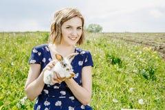 Junges Mädchen mit einem kleinen Kaninchen lizenzfreie stockfotos