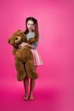Junges Mädchen mit einem Plüschspielzeug Lizenzfreies Stockfoto