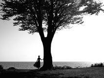 Junges Mädchen mit einem schönen Baum Lizenzfreie Stockfotos