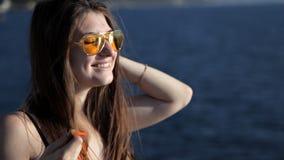Junges Mädchen mit einem Schal durch das Meer stock video