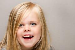 Junges Mädchen mit einem sehr großen Lächeln auf ihrem Gesicht. lizenzfreie stockfotografie