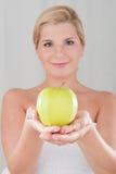 Junges Mädchen mit einem weißen Apfel Stockfotografie