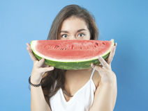 Junges Mädchen mit einer Scheibe der reifen Wassermelone Stockfoto