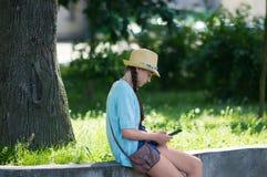 Junges Mädchen mit einer Tablette Stockbilder