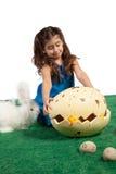 Junges Mädchen mit enormem Ei und Küken nach innen Stockfotos