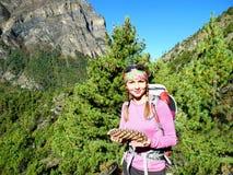 Junges Mädchen mit enormem geziertem Kegel in ihren Händen im Waldmou Stockbilder