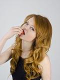 Junges Mädchen mit Erdbeere Stockbilder