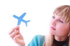 Junges Mädchen mit Flugzeugen in den Händen Lizenzfreie Stockbilder