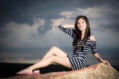 Junges Mädchen mit Fluss- und Himmelhintergrund Stockfotos