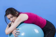 Junges Mädchen mit geeignetem Ball des großen Blaus, auf weißem Farbenreinheitshintergrund stockfotografie