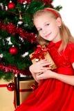 Junges Mädchen mit Geschenk. lizenzfreie stockfotos