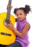 Junges Mädchen mit Gitarre auf weißem Hintergrund Lizenzfreie Stockfotos
