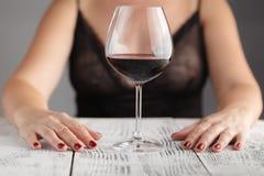 Junges Mädchen mit Glas Wein Stockfoto
