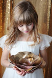 Junges Mädchen mit goldener Rose auf goldenem Hintergrund Stockfotos