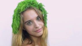 Junges Mädchen mit grüner Petersilie auf Hauptdrehung und Blick in camera Lächeln aufwerfung stock video footage