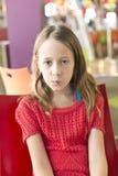 Junges Mädchen mit Haltung stockbilder