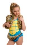 Junges Mädchen mit Haustierpythonschlange lizenzfreies stockbild