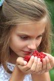Junges Mädchen mit Himbeeren Lizenzfreies Stockfoto