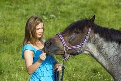 Junges Mädchen mit ihrem Pferd Lizenzfreies Stockbild