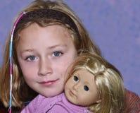 Junges Mädchen mit ihrer Puppe Stockfotos
