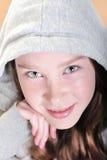 Junges Mädchen mit intensiven Augen stockfoto