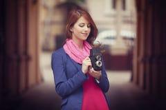 Junges Mädchen mit Kamera der Weinlese 6x6 an im Freien. Lizenzfreie Stockfotografie