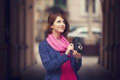 Junges Mädchen mit Kamera der Weinlese 6x6 an im Freien. Stockfotografie
