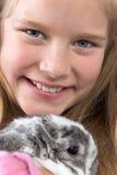 Junges Mädchen mit Kaninchen Stockfotos